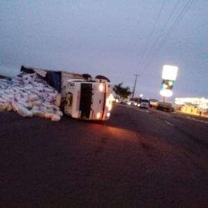 Um caminhão, placa de Marechal Cândido Rondon, carregado com ração tombou (Foto: AquiAgora.net )