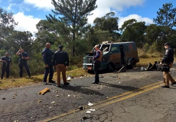 Homens usaram caminhão para bloquear rodovia e parar e explodir carro-forte, durante assalto na PR-170 (Foto: Divulgação/PM)