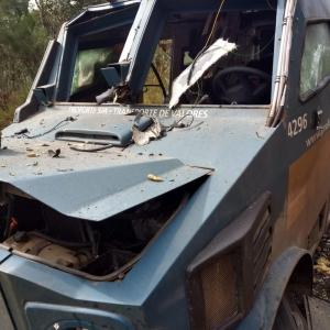 Homens fugiram levando dinheiro de carro-forte explodido, na PR-170, em Bituruna (Foto: Divulgação/PM)