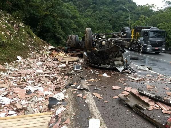 O motorista teria morrido no local. (Foto: Bem Paraná)