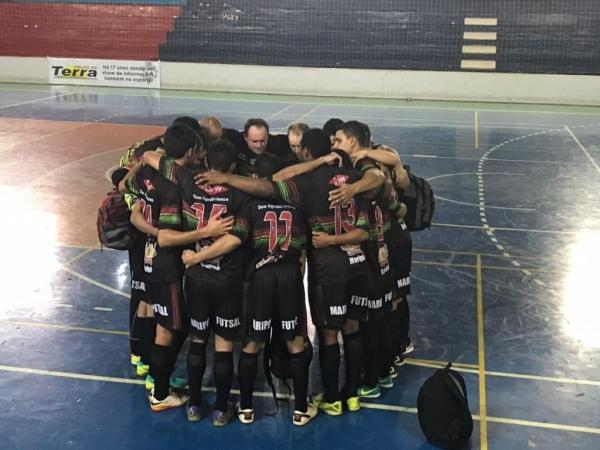 Equipe masculina de futsal após vitória sobre Palotina, por 6x4.(Foto: Assessoria)