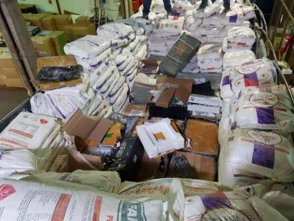 Os produtos apreendidos e o caminhão foram encaminhados ao deposito da Receita Federal. (Foto: Catve)