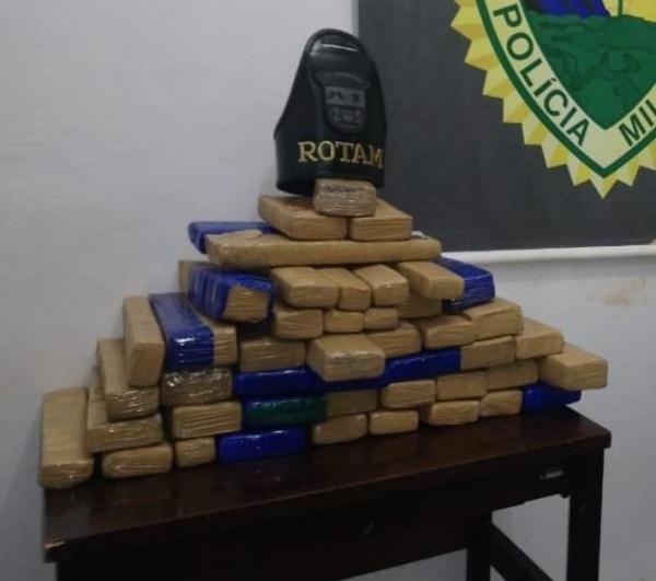 Nas malas do rapaz, os policiais encontraram 46 tabletes de maconha (Foto: PM)
