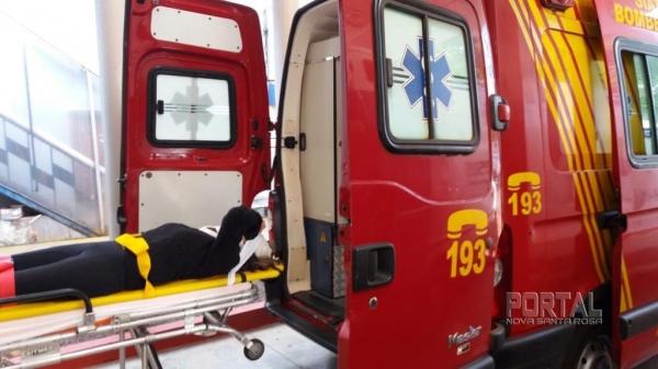 A mulher foi levada para o atendimento médico. (Fotos: Marcio Cerny)