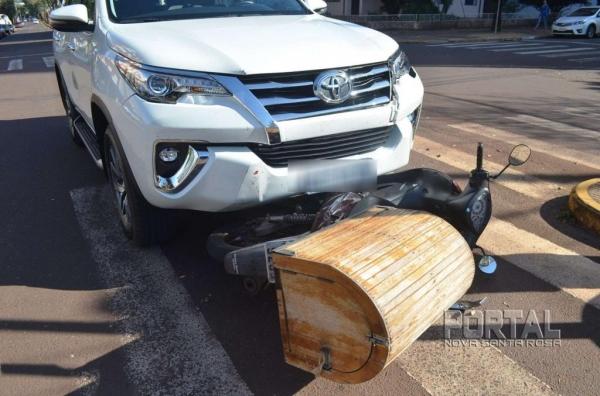 O motociclista foi socorrido com ferimentos leves. (Foto: Bogoni)