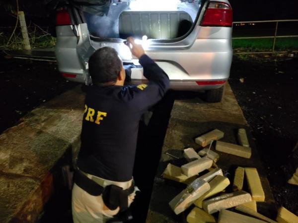 A droga estava em um fundo falso. (Fotos:PRF)