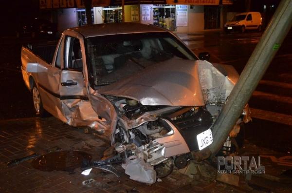 A Saveiro teve a frente destruída. (Fotos: Bogoni/Radar BO/Catve)
