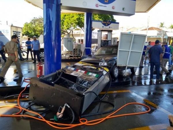 O perímetro foi isolado e funcionários do posto lavaram o piso para eliminar resíduos de combustíveis e o risco de explosão. (Fotos: O Bemdito)