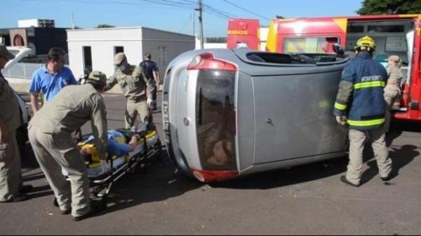 Com o impacto da batida o Palio tombou no meio do cruzamento.(Foto: Catve)