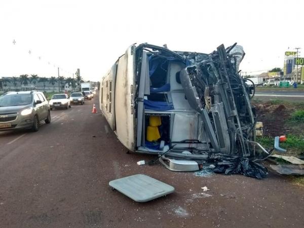 Acidente entre ônibus e caminhão deixa morto e feridos na BR-376, em Marialva (Foto: João Dutra/RPC)