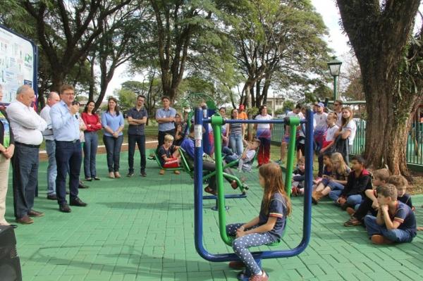 A academia foi instalada na praça do distrito de Alto Santa Fé. (Fotos: Assessoria)