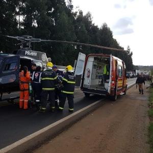 O motorista foi levado por um helicóptero da Polícia Civil para um hospital em Chapecó (SC) (Foto: SAER-SC/Divulgação)