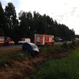Três pessoas morreram e outras cinco ficaram feridas no acidente entre dois carros na PR-280, entre Clevelândia, no sudoeste do Paraná, e Abelardo Luz (SC) (Foto: SAER-SC/Divulgação)