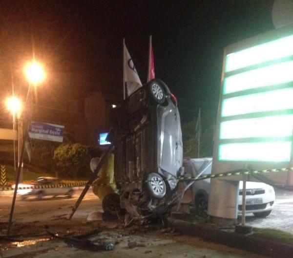 Jovem perdeu o controle da direção após colidir em rotatória (Foto: Camila Mannaa)