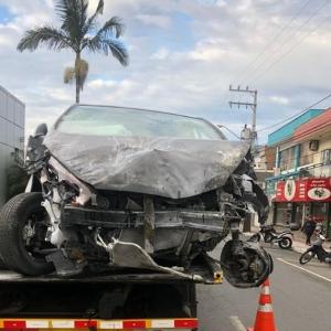 Carro ficou com a frente totalmente destruída com o impacto (Foto: PRF/ Divulgação)