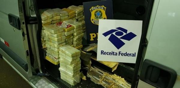 Dentro de um fundo falso no assoalho da Van foram encontrados 100 tabletes de cocaína. (Foto: PRF)