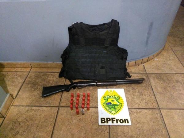 Durante revista veicular foram localizados uma espingarda Gauge calibre 12, duas placas balísticas além de 18 munições Gauge 12. (Foto: BPFron)