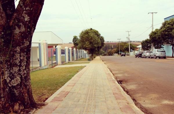 Município revitaliza calçada em frente ao CMEI e escola Kuroli. (Fotos: Assessoria)