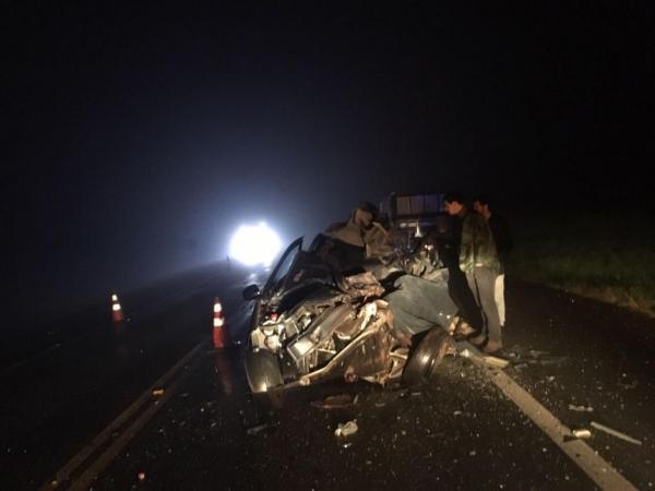 O carro com placas de Ibema ficou bastante destruído. (Fotos: CGN)