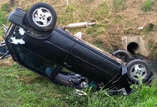 Motorista morre ao ser arremessado de carro e atropelado por caminhão na BR-476, em Araucária (Foto: Reprodução )