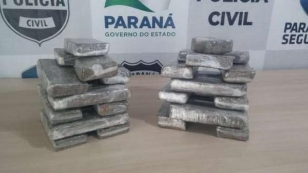 Em um fundo falso no veículo, os policias encontraram diversos tabletes da droga. (Foto: Denarc)