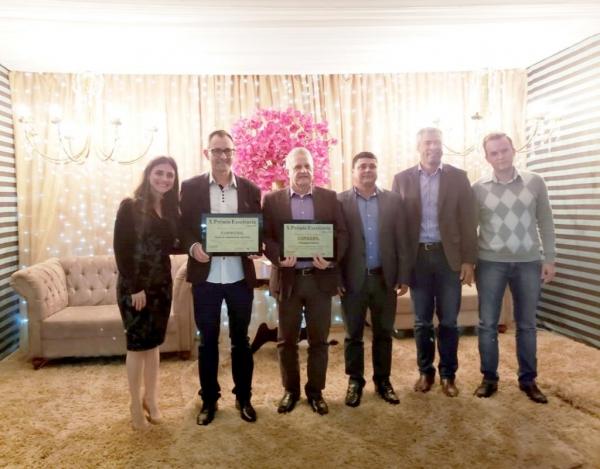 Na ocasião, foram recebidos dois prêmios, nas categorias: cooperativa e venda de implementos agrícolas.(Foto: Divulgação)