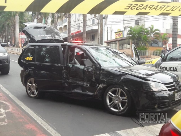 Após a colisão, os assaltantes desceram do veículo e atiraram contra os policiais. (Fotos: Portal Nova Santa Rosa)