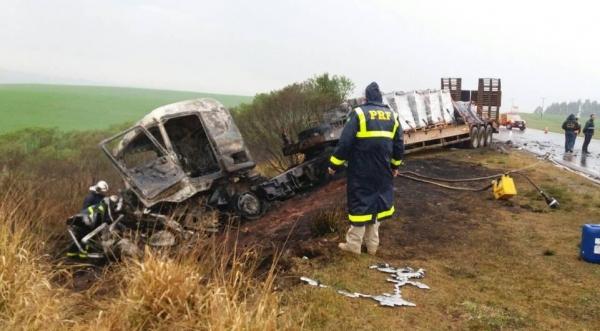 O acidente envolveu um carro, modelo Volkswagen Gol, e um caminhão. (Foto: PRF)
