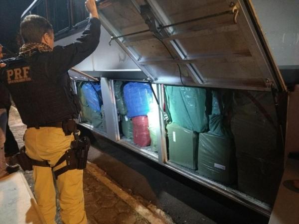 O ônibus estava carregado de contrabando. (Fotos: PRF)