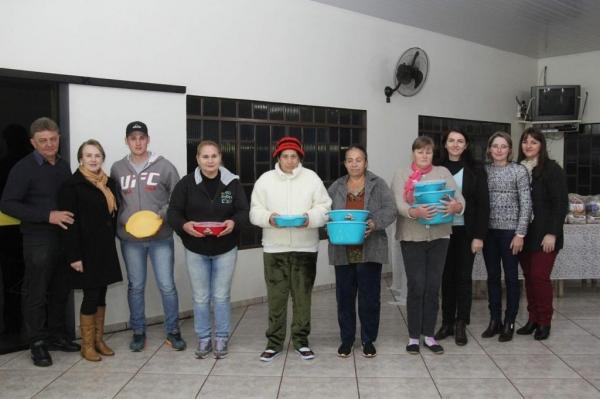 A entrega ocorreu em reunião realizada com as famílias atendidas. (Fotos: Assessoria)