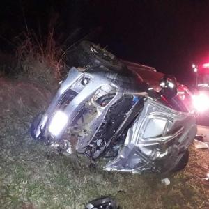 Na caminhonete, estavam pai e filha. Eles tiveram ferimentos leves (Foto: Divulgação/PRE)