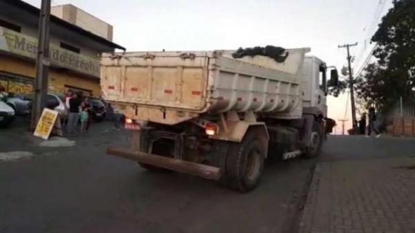 O condutor do caminhão parou após o incidente e permaneceu no local repassando as informações necessárias para a Polícia Militar.(Foto: Massa News)