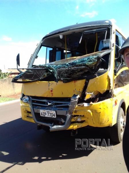 Um ônibus escolar também foi atingido no acidente. (Fotos: Colaborador)