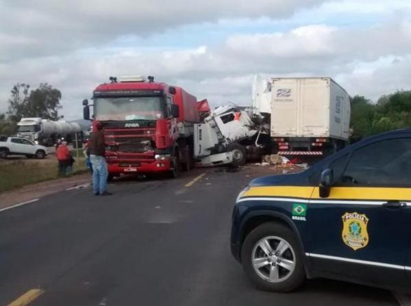 Colisão com mortes envolveu caminhões na BR-116, no RS (Foto: PRF/Divulgação)
