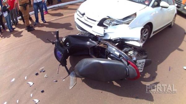 Com o impacto a moto ficou em baixo do carro. (Fotos: Léo Silva)
