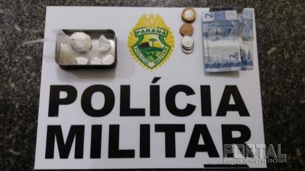 A droga e o dinheiro form apreendidos. (Foto: PM)