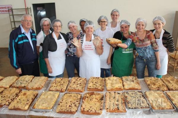 Equipe das mulheres juntamente com o padre Lucas. (Foto: Portal Nova Santa Rosa)