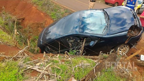 O carro caiu em uma valeta. (Foto: Portal Nova Santa Rosa)