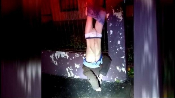 Na fuga, ao pular a cerca de proteção ele prendeu as calças nas grades e por lá ficou até a chegada da Polícia. (Foto: Catve)