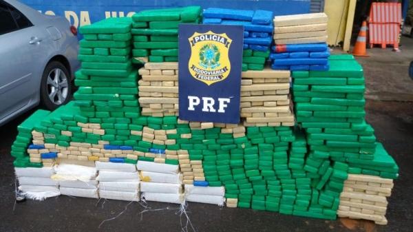 Acondicionada em 926 tabletes, a droga estava no porta-malas e no banco traseiro do veículo. (Fotos: PRF)