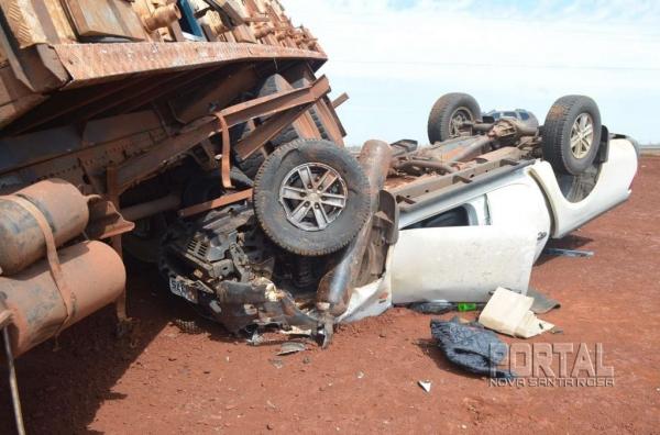 O rodado do caminhão parou em cima da caminhonete. (Fotos: Bogoni)