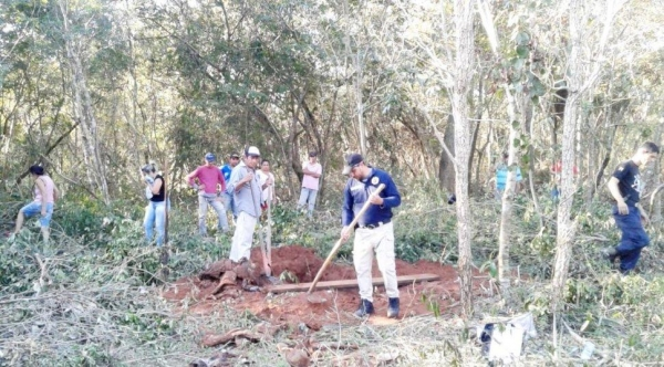 Polícia durante escavações ontem à tarde.(Foto: ABC Color)