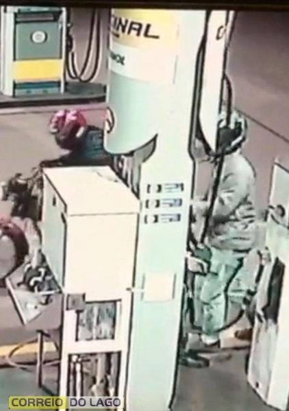 Após o assalto, o motorista saiu com a motocicleta tomando rumo ignorado. (Foto: Imagens câmeras de segurança)