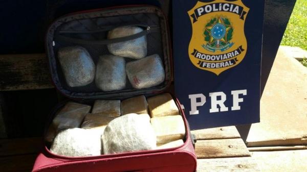 No interior da bagagem foram localizados 27 tabletes . (Foto: PRF)