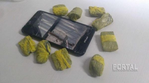 Droga e um celular foram apreendidos pela polícia. (Foto: Bogoni)
