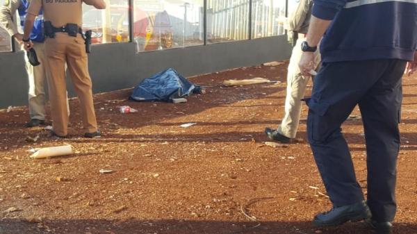 Funcionários de uma obra chegaram para trabalhar e constataram a vítima caída dentro do pátio.(Foto: CGN)