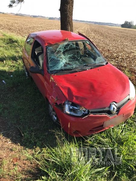 Após capotar o veículo parou em pé. (Fotos: PRE)
