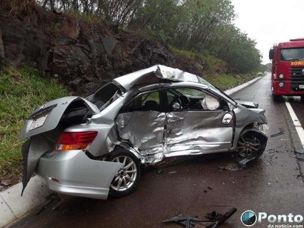 Os motoristas dos carros ficaram feridos e foram encaminhados para a Unidade de Saúde 24 Horas.(Fotos: Ponto da Notícia)
