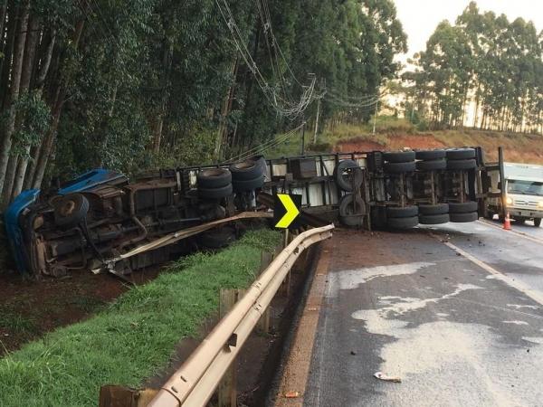 Caminhão tombou na rodovia PR-444, em Arapongas (Foto: Alexandro Zanelli/Arquivo Pessoal)