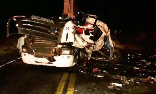 A batida frontal entre dois caminhões aconteceu no KM 285. (Foto: Portal NP Diário)